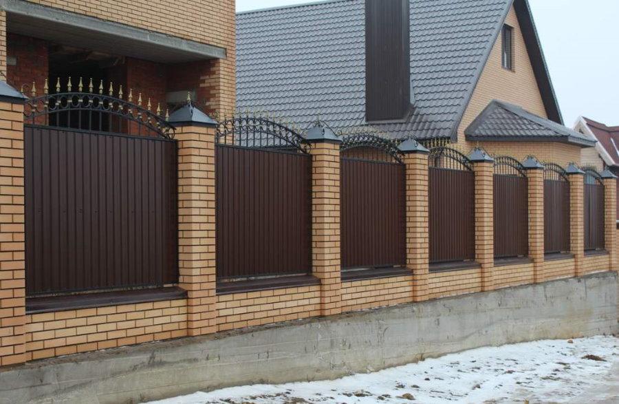 Элементы ковки на заборе из профлиста