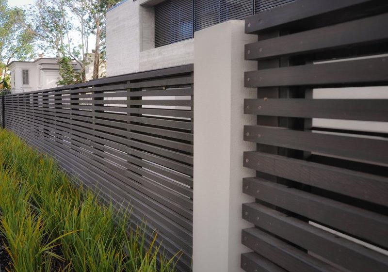 Забор в стиле хай-тек на бетонных столбах