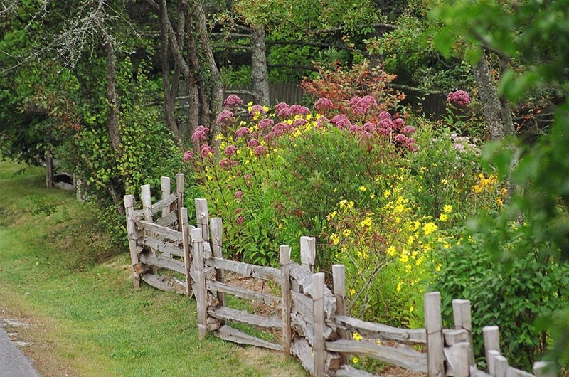 Деревянный забор на участке в деревенском стиле
