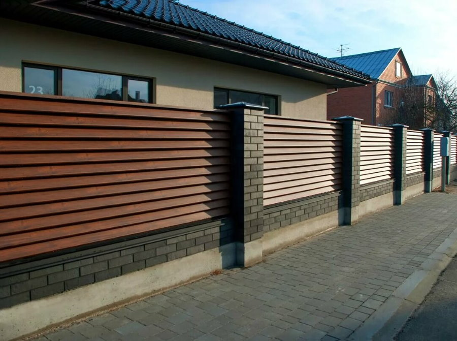 Современный забор из деревянных жалюзи перед одноэтажным домом