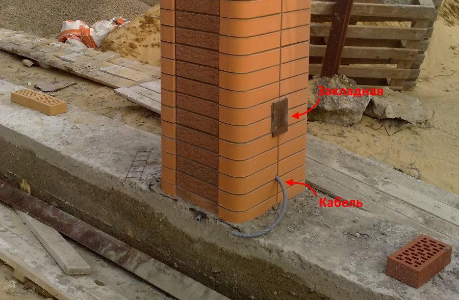 Кладка кирпичного столба с кабелем для светильников