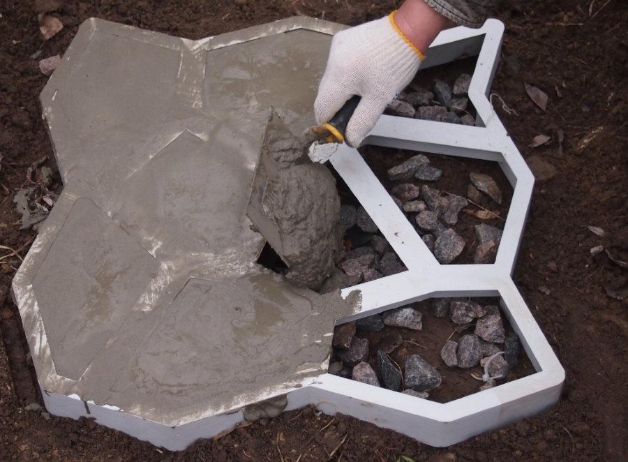 Заливка бетонной плитки в мягкой опалубке