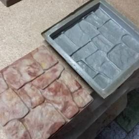 Отливка бетонной плитке в заводской форме