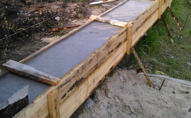 Заливка бетонного фундамента в деревянной опалубке