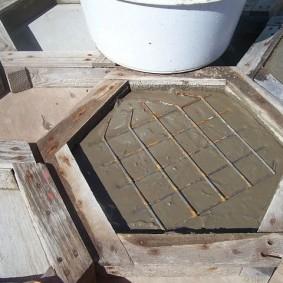 Заливка железобетонной плитки в деревянной форме