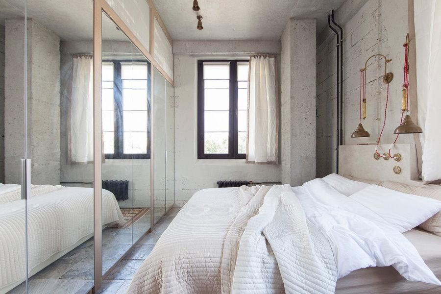 Удобный шкаф с зеркальными дверцами в спальне двушки