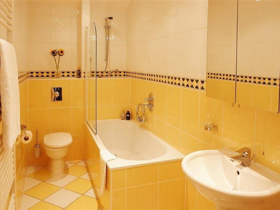 Желтая ванна в санузле трехкомнатной хрущевки