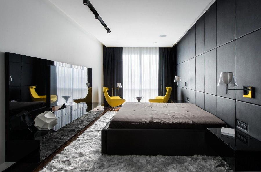 Желтые стулья в спальне с серой стеной