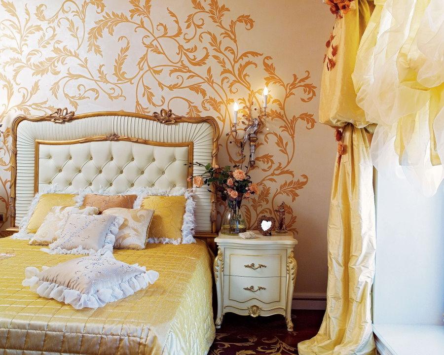 Золотистые обои в спальне девушки