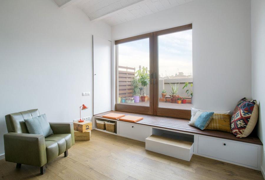 Обустройство места для отдыха перед окном гостиной комнаты