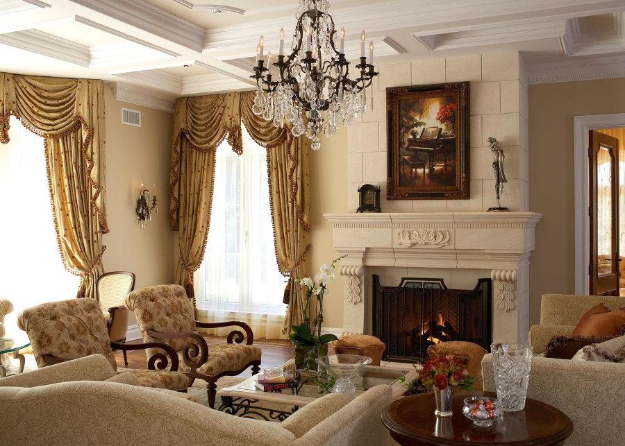 Мягкая мебель перед камином в классической гостиной