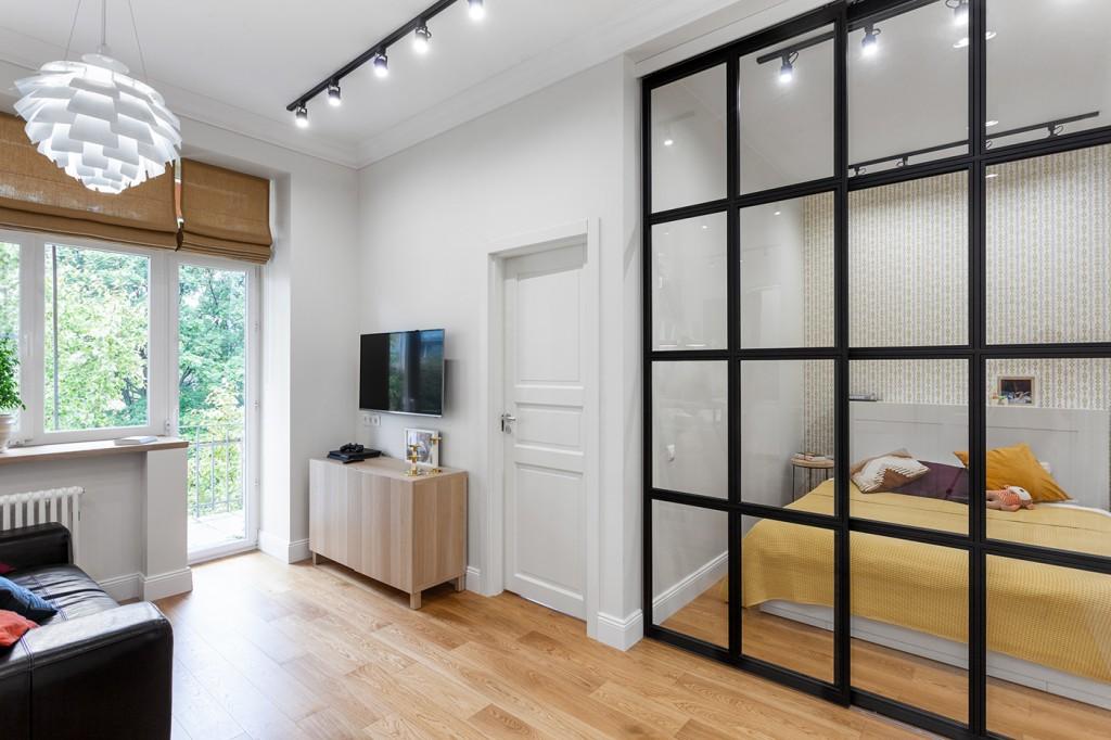 Зонирование комнаты с помощью прозрачной перегородки