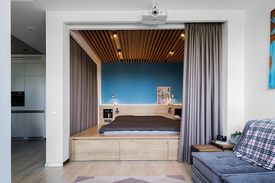 Серая штора над подиумом в нише стены гостиной комнаты