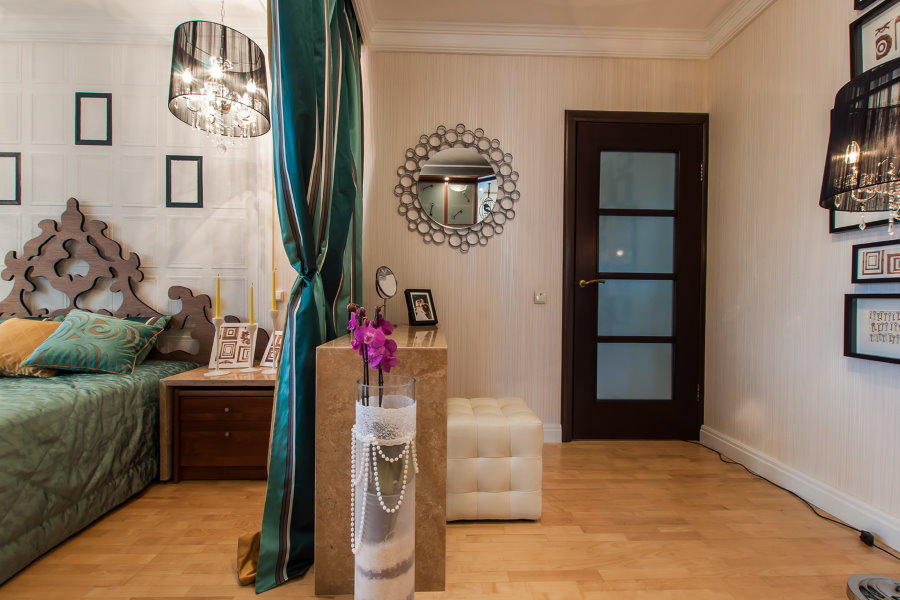 Зонирование плотной шторой однокомнатной квартиры