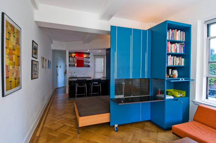 Синий шкаф-трансформер в малогабаритной квартире-студии