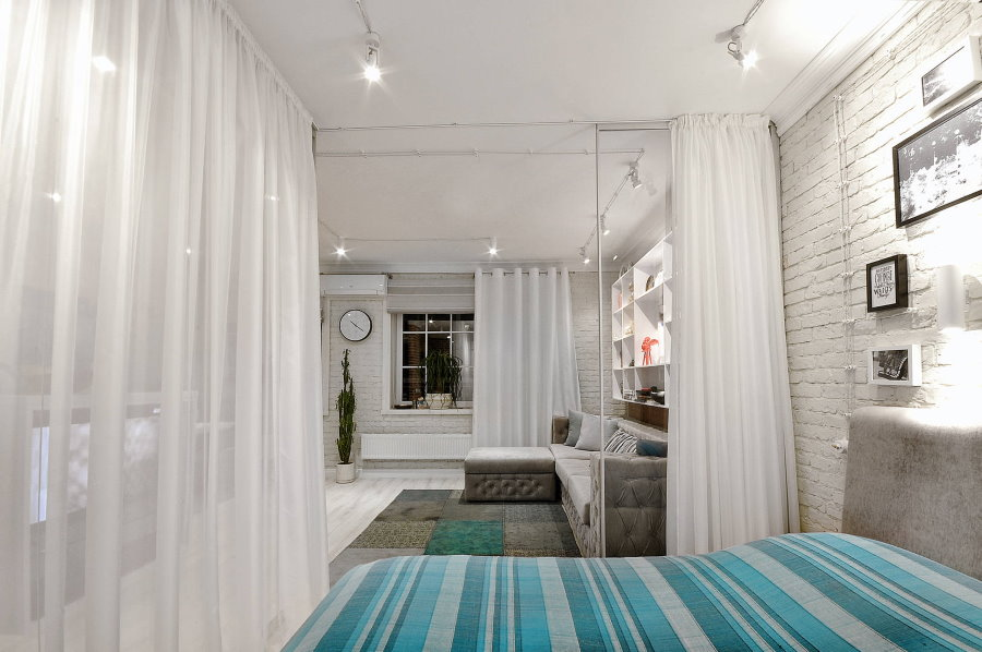 Легкие шторы над кроватью в гостиной