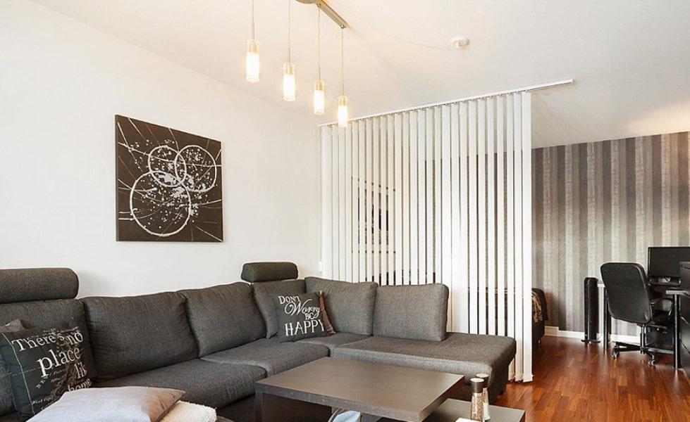 Белые жалюзи на потолке однокомнатной квартиры