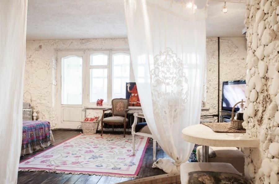 Белая занавеска в квартире студийной планировки