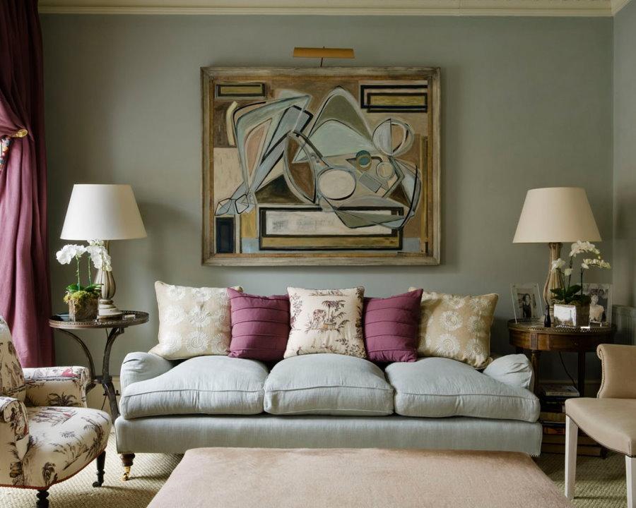 Декор абстрактной картиной стены в гостиной комнате