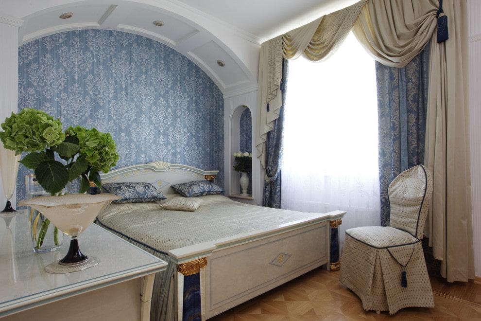 Оформление стены в спальне классического стиля