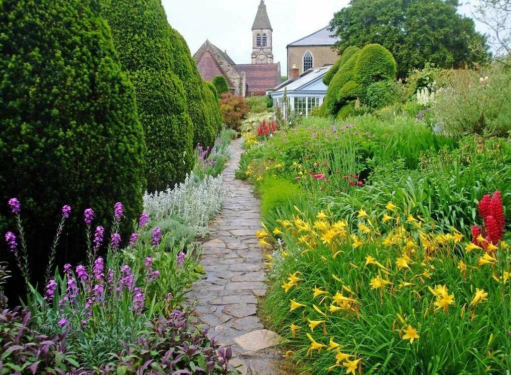 Каменная дорожка в английском саду