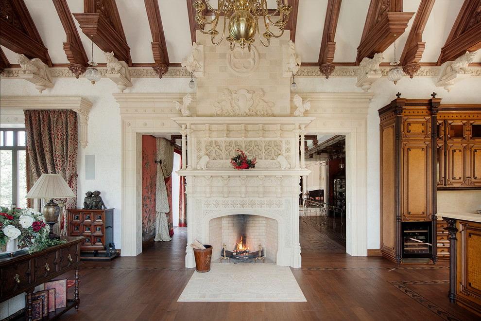 Камин в гостиной английского стиля с деревянным полом