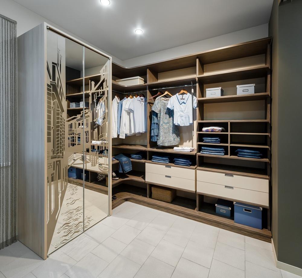 Зеркальный шкаф-купе в гардеробной комнате