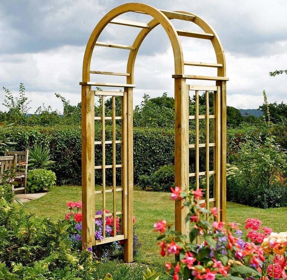 Деревянная арка-свод на дачном участке