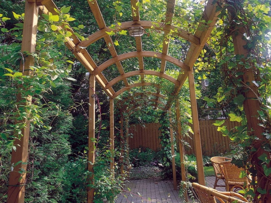 Деревянная арка на небольшом дачном участке