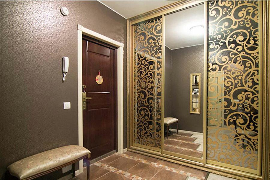 Ажурный декор на зеркальных дверцах шкафа-купе