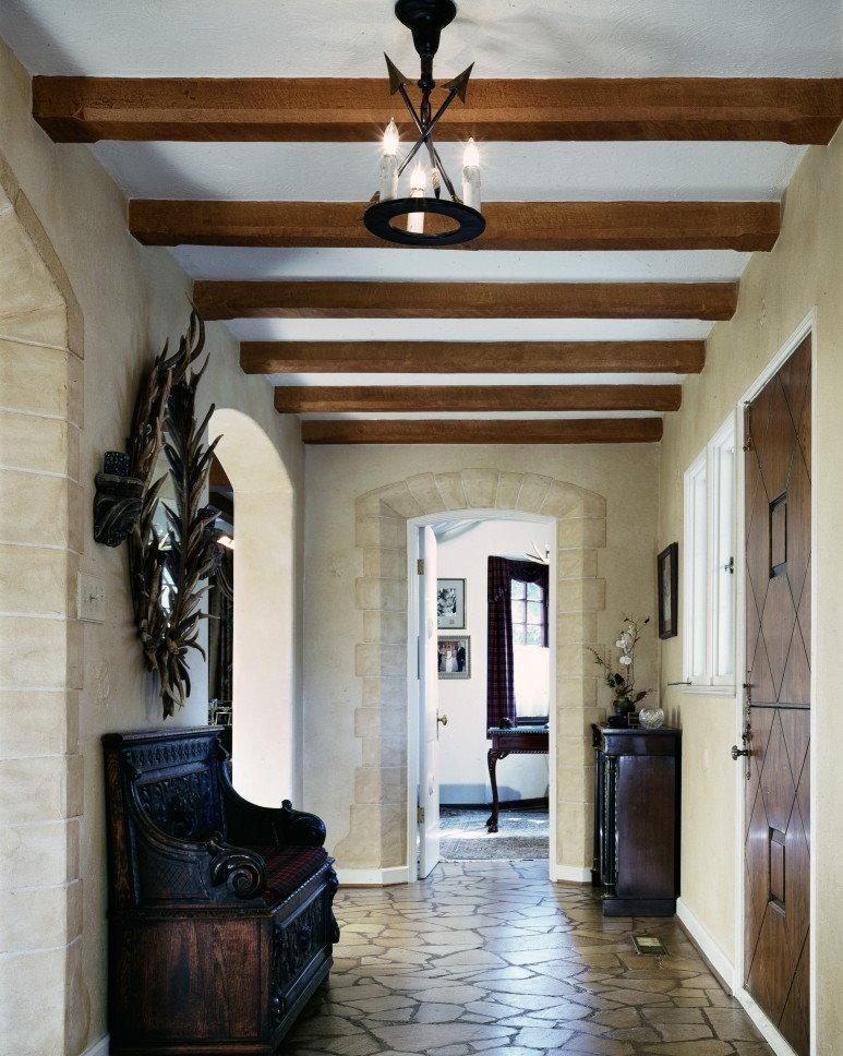Деревянные балки на потолке в прихожей