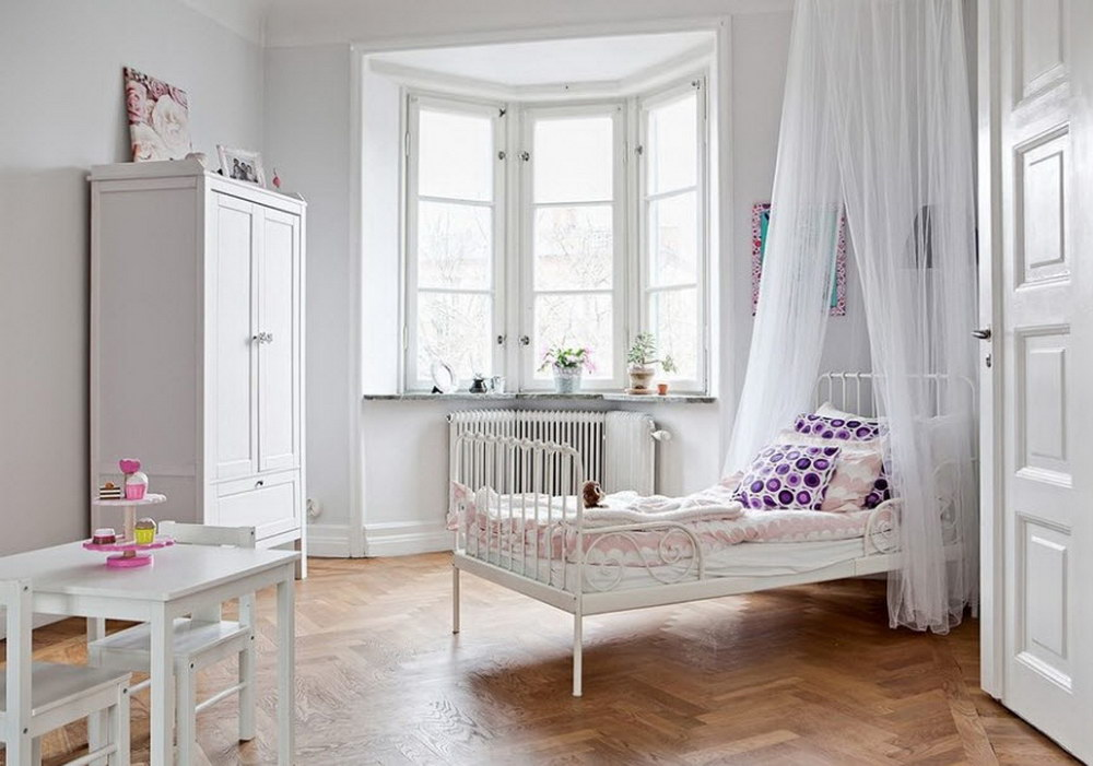 Комната девочки с белоснежной отделкой стен