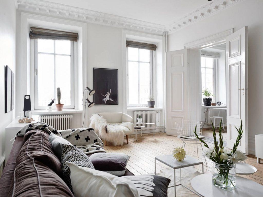 Белая гостиная с деревянным полом