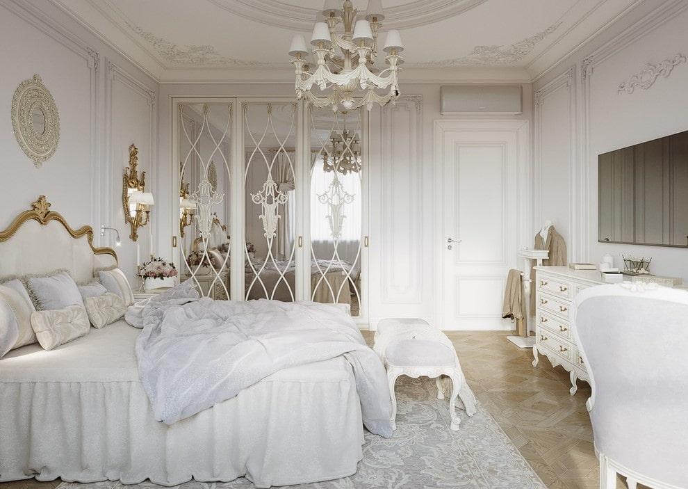 Зеркальный шкаф в спальне классического стиля