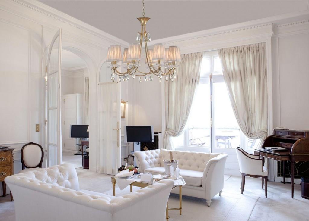 Белая мебель с каретной стяжкой в классическом стиле