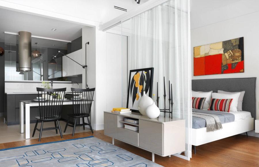 Зонирование шторкой квартиры-студии с белой отделкой