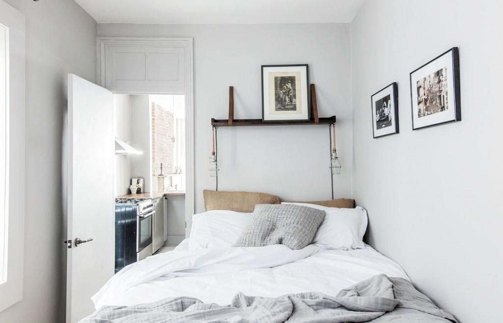 Декор белых стен в спальне хрущевки