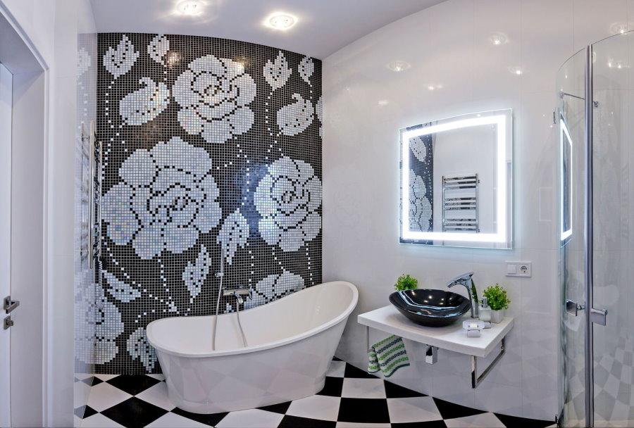 Серая мозаика в ванной с белой отделкой