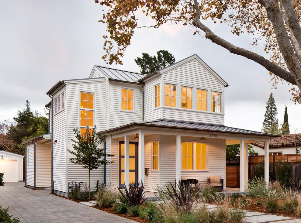 Отделка виниловым сайдингом фасада двухэтажного дома
