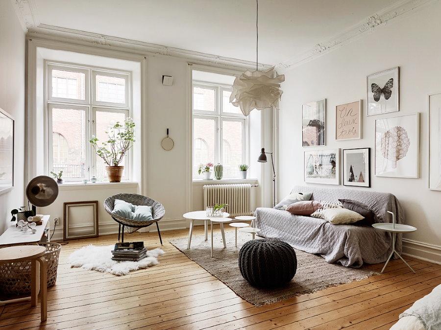 Пол из досок в белой гостиной скандинавского стиля
