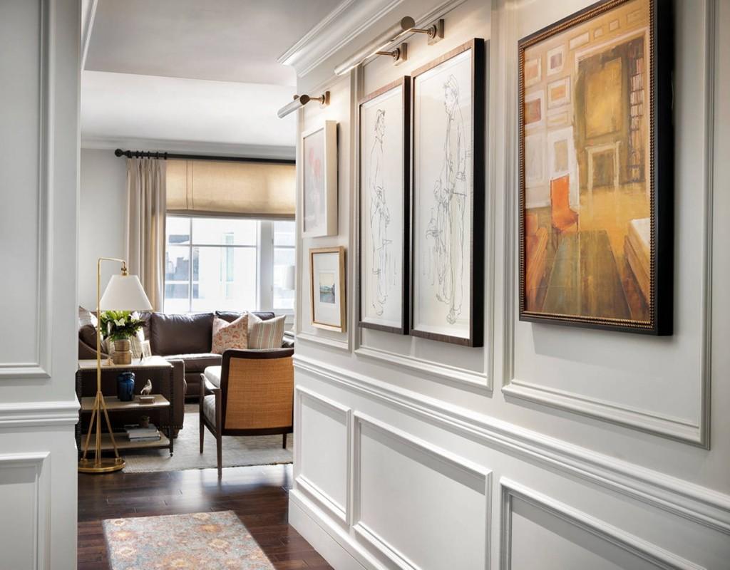 Декорирование картинами белых стен в коридоре