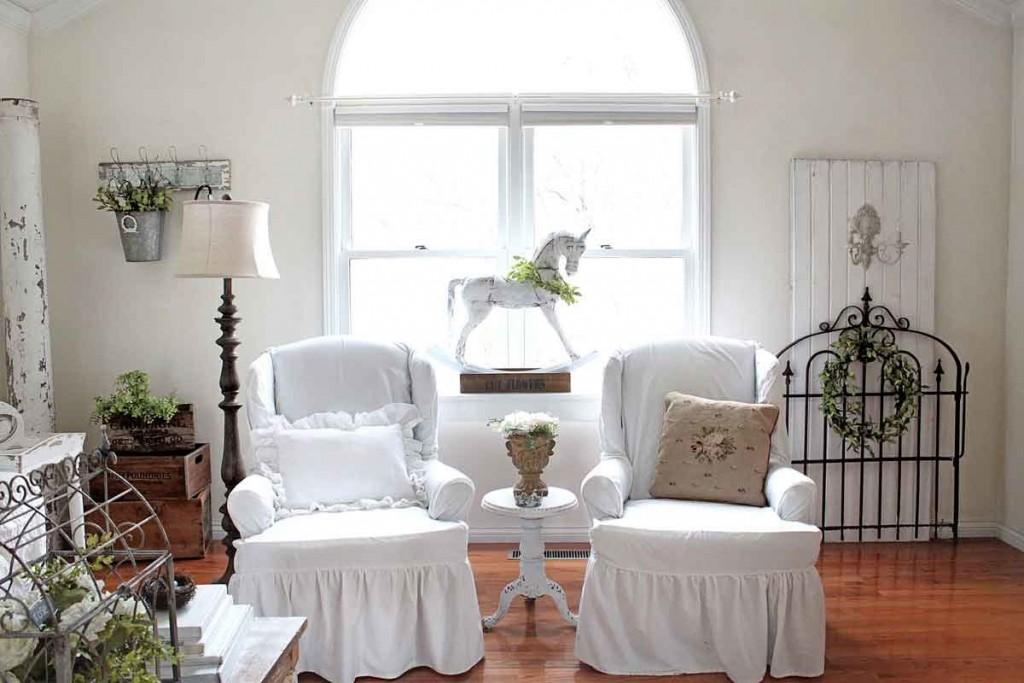 Белые чехлы на мебели в гостиной романтического стиля