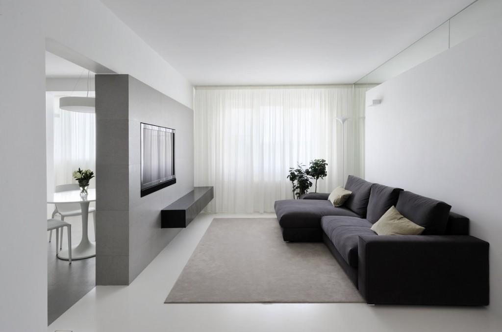 Темно-серый диван в белой гостиной