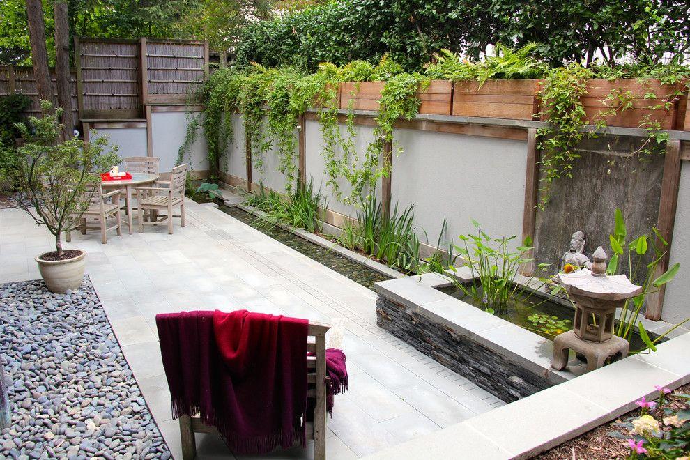 Бетонная поверхность на площадке для отдыха в саду