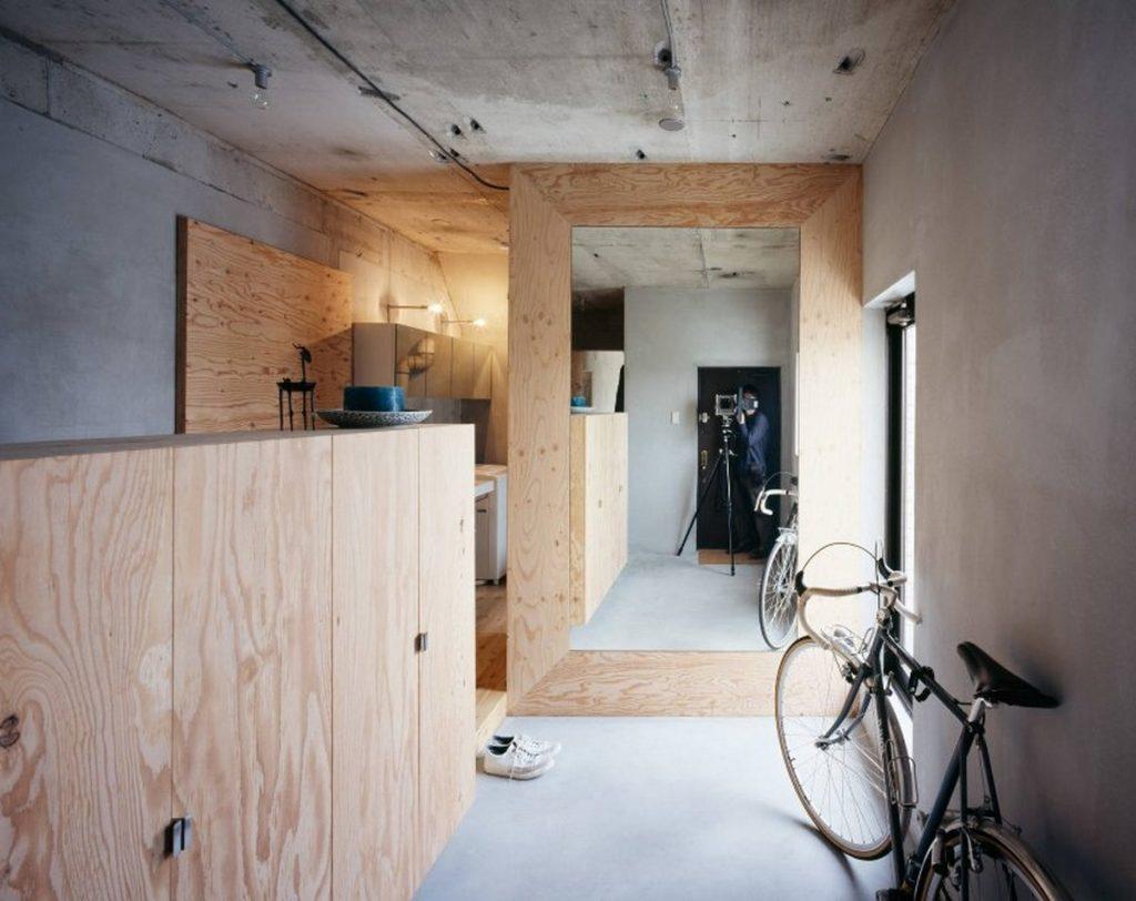 Серая поверхность потолка в прихожей с велосипедом