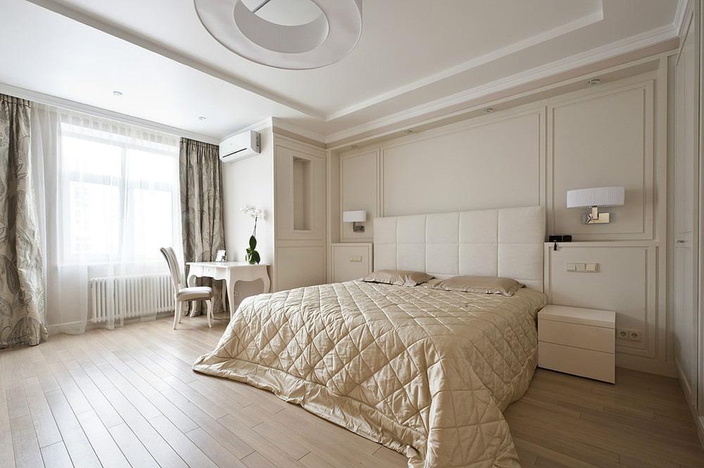 Бежевая окраска стен в просторной спальне