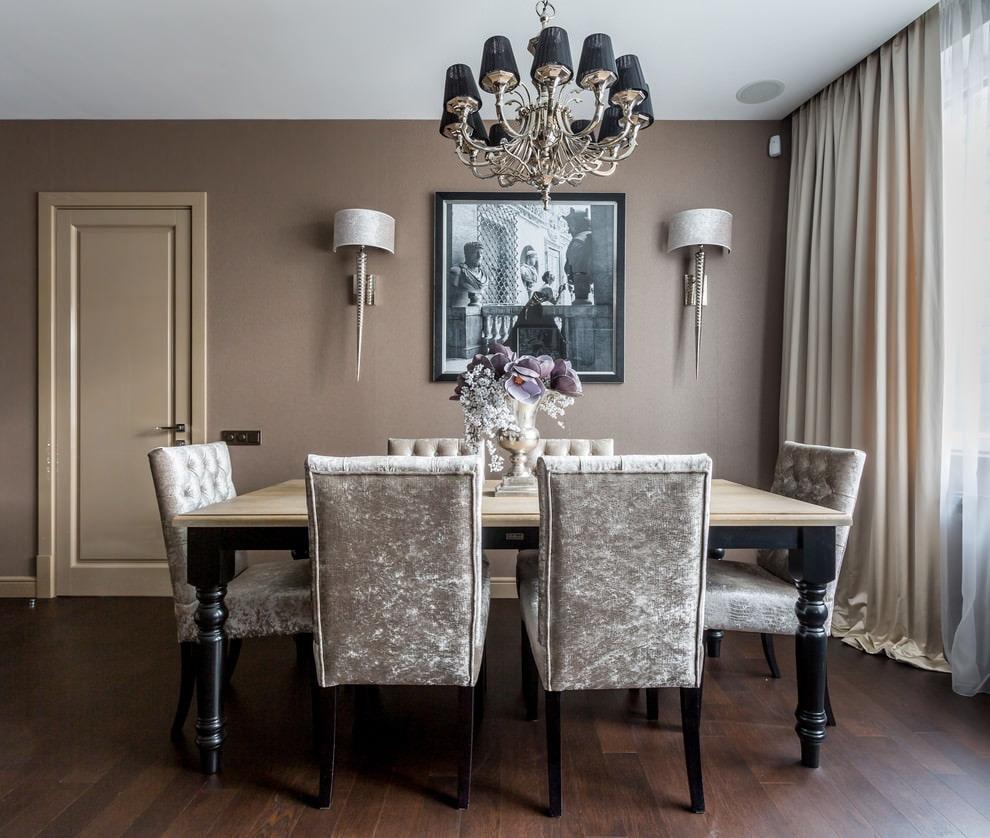 Темно-коричневый пол в столовой с бежевыми шторами