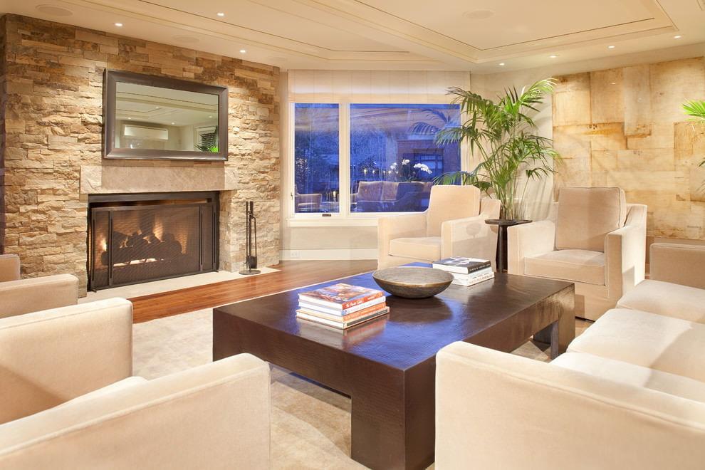 Интерьер комнаты в квартире с бежевыми стенами