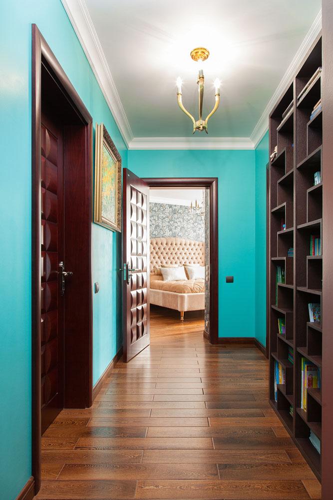 Коричневая мебель в коридоре с бирюзовыми стенами