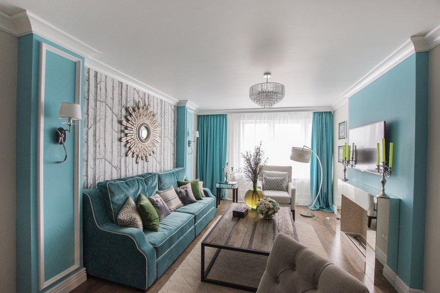 Бирюзовый диван в гостиной неоклассического стиля